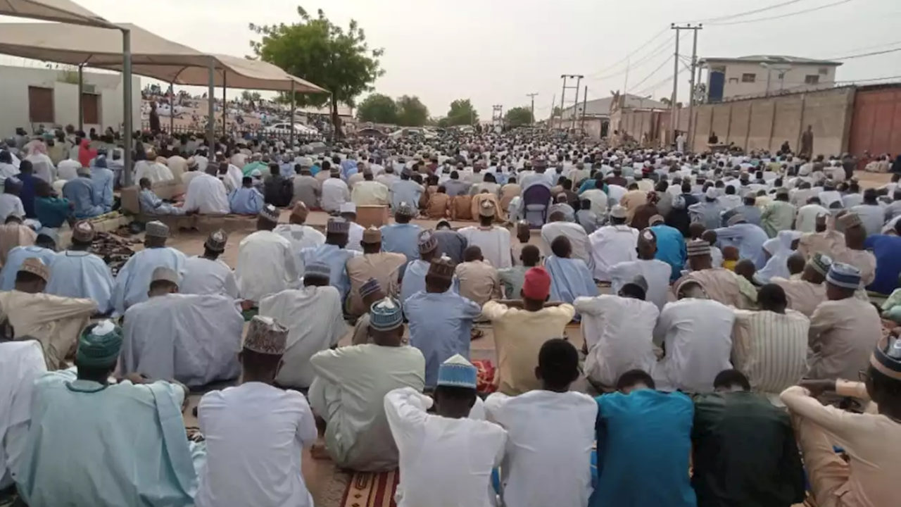 https://www.westafricanpilotnews.com/wp-content/uploads/2020/05/Eid-el-Fitr-prayers-in-kano-without-social-distancing-05-24-20-1280x720.jpg