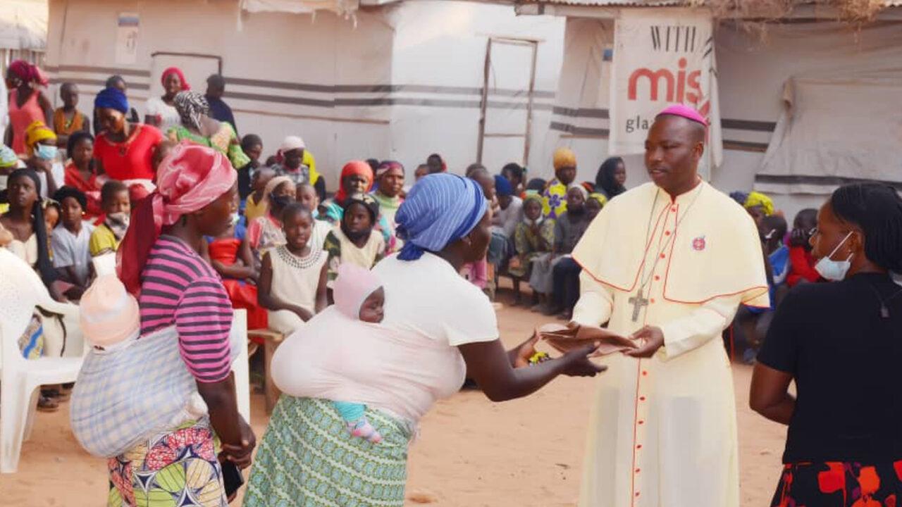 https://www.westafricanpilotnews.com/wp-content/uploads/2020/12/Christmas-Bishop-Manza-Handing-Out-Xmas-Gifts-12-25-20_2_WAP-Photo-1280x720.jpg
