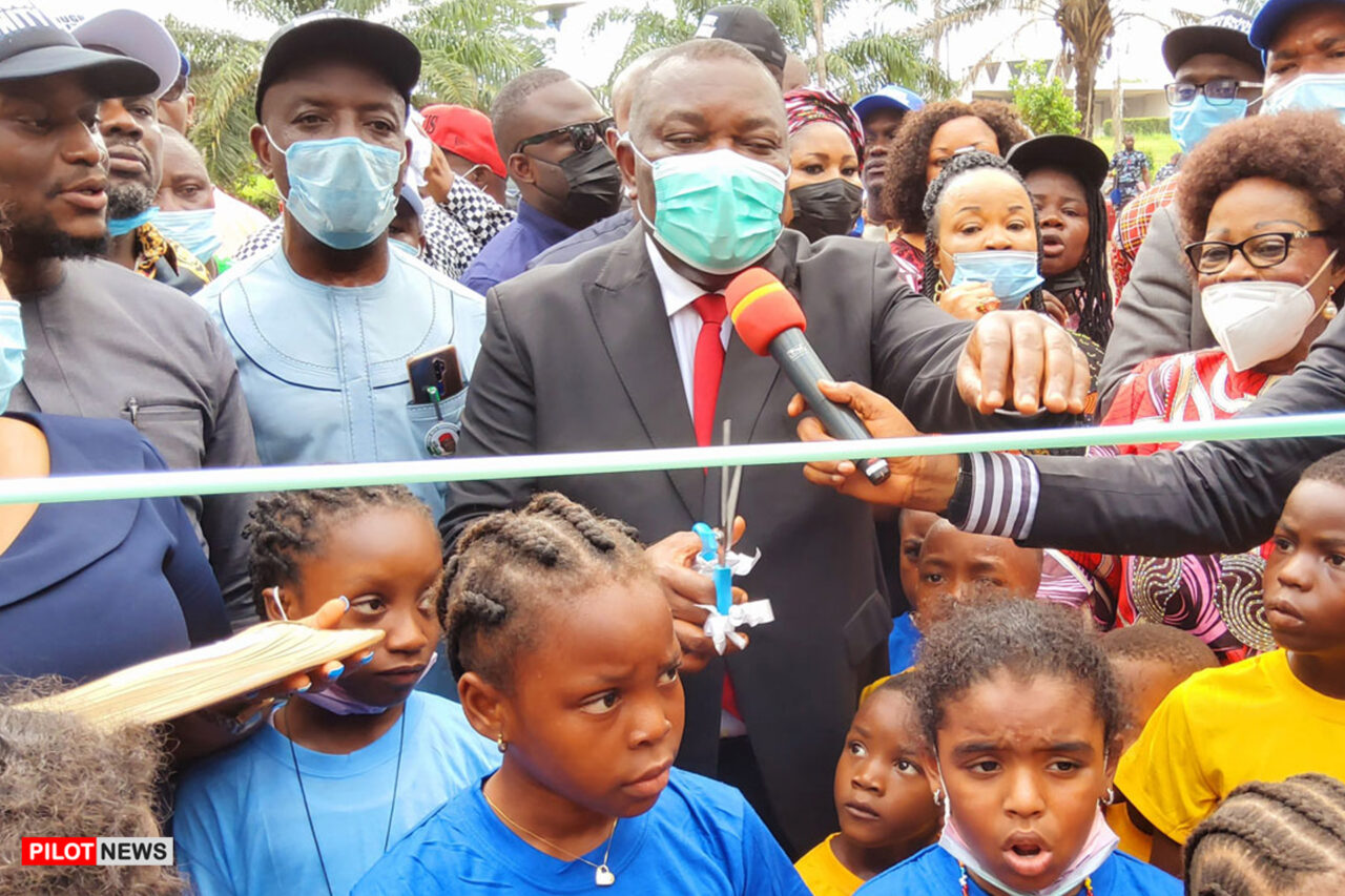 https://www.westafricanpilotnews.com/wp-content/uploads/2021/05/Park-Enugu-State-Governor-Ifeanyi-Ugwuanyi-cuts-the-ribbon-to-formally-open-Unity-Park_5-30-21-1280x853.jpg